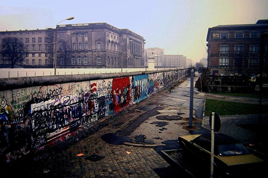 Berlin Duvarı yıkılmadan önce böyle görüntülenmişti.