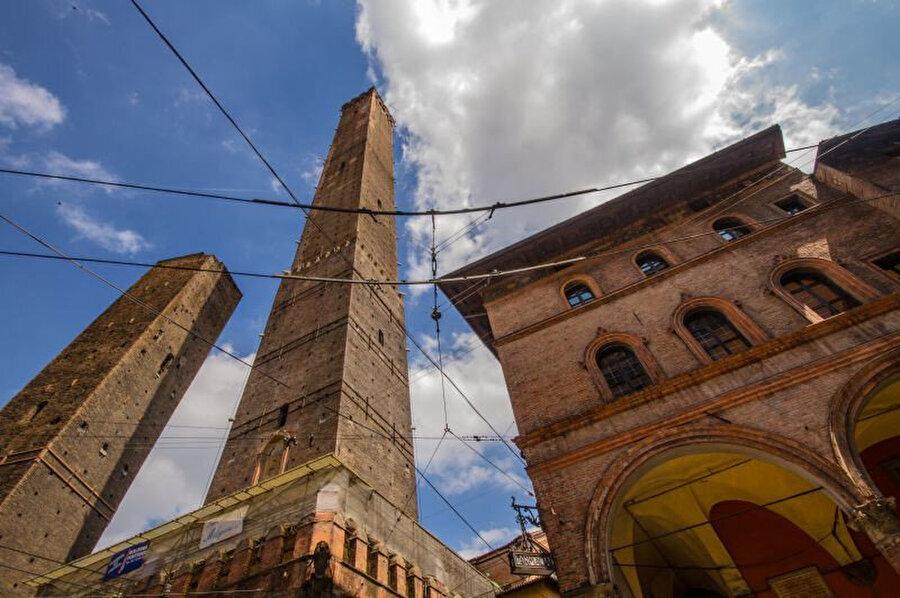 Asinelli ve Garisenda Kuleleri