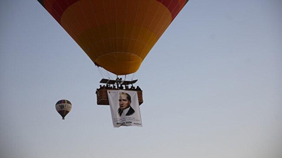Balonların sepetlerinde Türk bayrağı ve Atatürk'ün resimleri görünüyor.