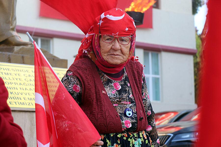 Aydın'da saygı duruşu esnasında bir vatandaş.