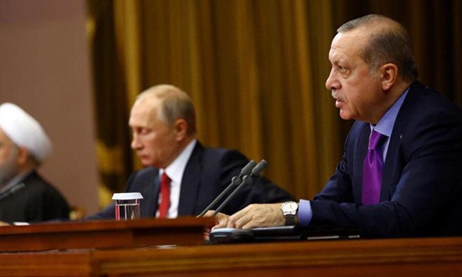 Cumhurbaşkanı Erdoğan, Rusya ve İran ile yapılan üçlü zirvede görülüyor.