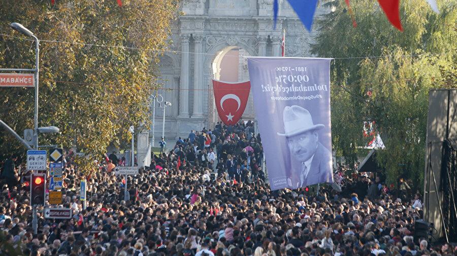 Atatürk'ün hayata gözlerini yumduğu Dolmabahçe Sarayı sabahın erken saatlerinden itibaren ziyaretçi akınına uğradı.