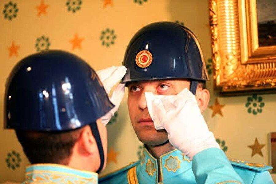 Dolmabahçe Sarayı'nda düzenlenen anma töreninde görevli olan asker gözyaşlarını tutamadı.