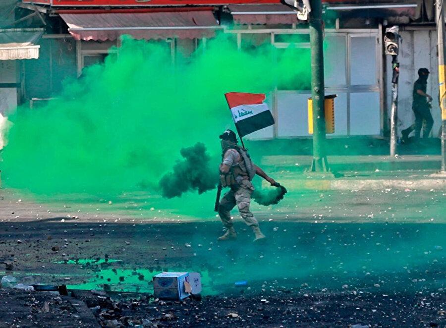 Irak güvenlik güçleri, göstericilere göz yaşartıcı gaz ve sis bombalarıyla müdahale etmeyi sürdürüyor.