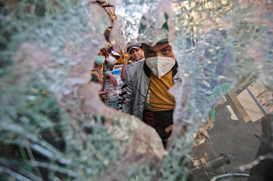 Başkent Bağdat'taki Hellani Meydanı'nda polisle göstericiler arasında devam eden çatışmalar.