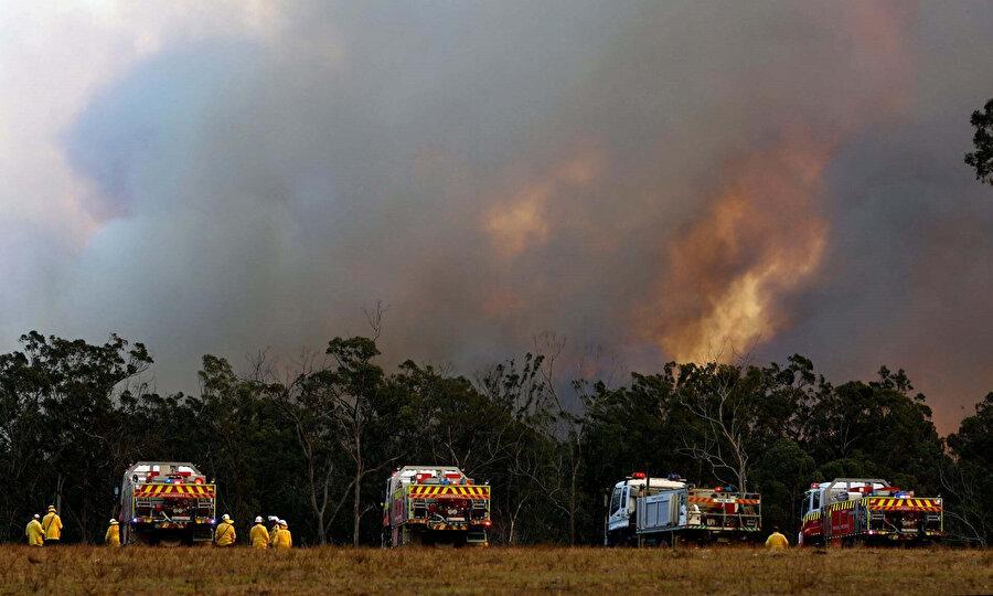 Yeni Güney Galler'de yangına müdahale eden itfaiye görevlileri.