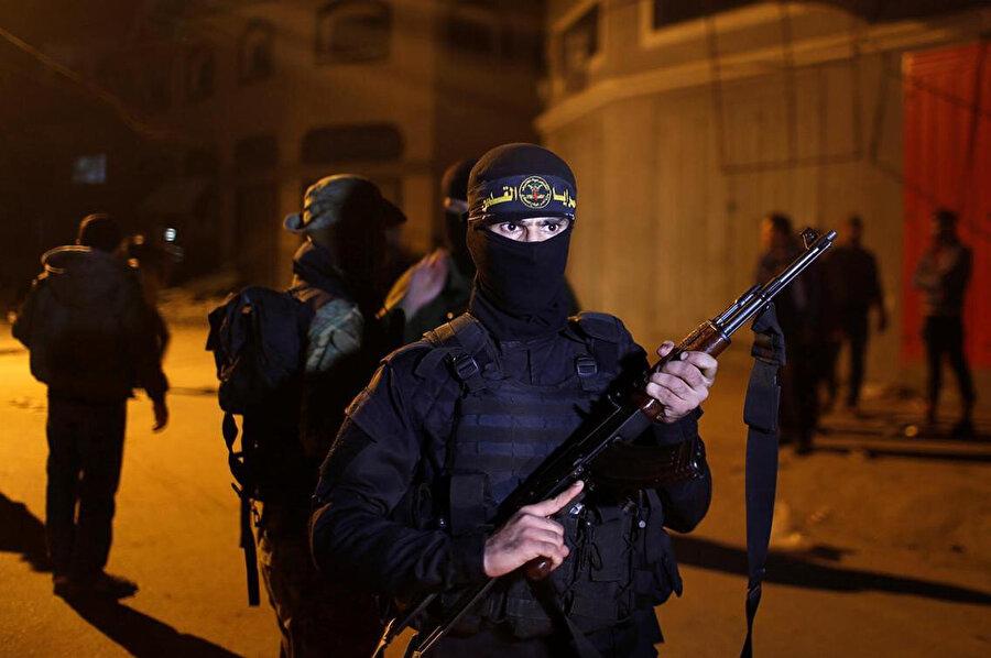Saldırı sonrası İslami Cihad militanları evin önünde güvenlik önlemi aldı.