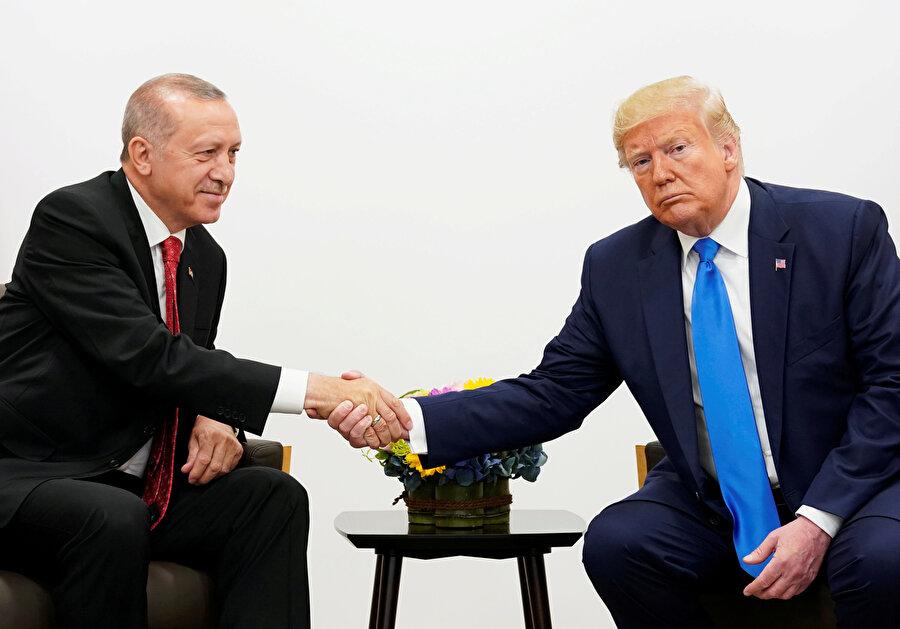 Cumhurbaşkanı Recep Tayyip Erdoğan ve ABD Başkanı Donald Trump G-20 Liderler Zirvesi'nde görünüyor.