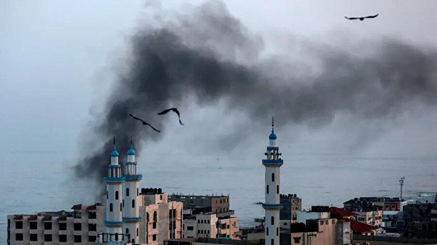 İsrail'in hava saldırıları sonrası Gazze Şeridi'nden dumanlar yükseliyor.