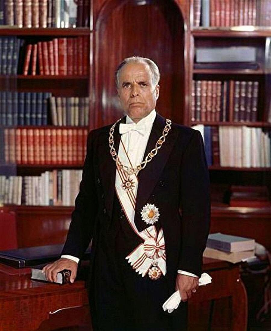 1957'de Tunus'un ilk cumhurbaşkanı olan Habip Burgiba, 1974'te yapılan bir referandumla yaşam boyu devlet başkanlığına seçildi ve 1987 yılına kadar görevde kaldı.