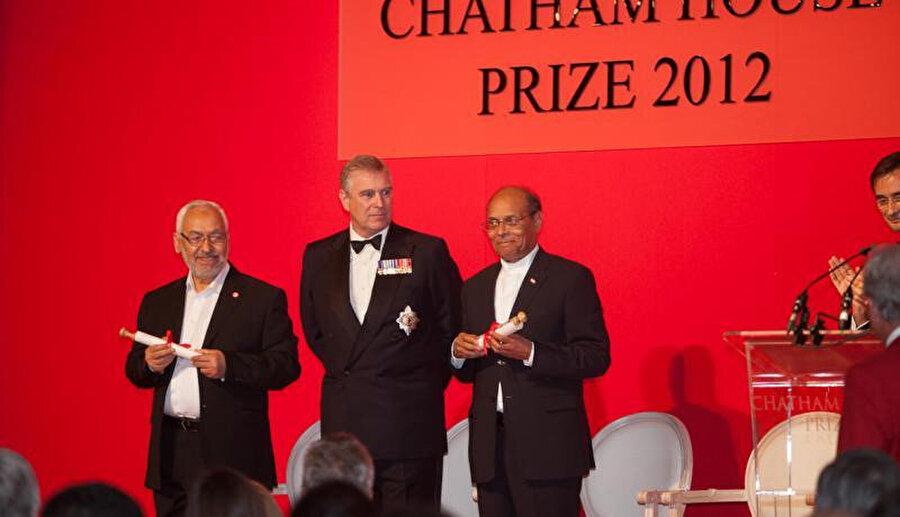 Gannuşi, (solda) Cumhurbaşkanı Munsif Merzuki (en sağda) ile 2012'de Chatham House Ödülü'ne layık görüldü.
