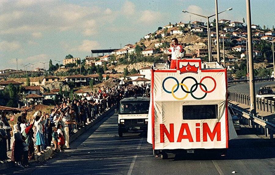 Dünya ve Olimpiyat Şampiyonu milli halterci Naim Süleymanoğlu yurda döndükten sonra vatandaşları selamlıyor.