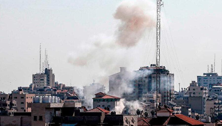 Hava saldırısı sonrası Gazze üzerinde yükselen dumanlar.