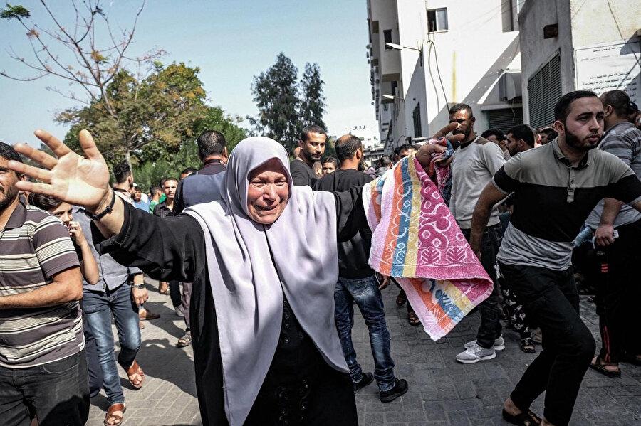 Eşi ve iki oğlu İsrail'in dünkü hava saldırılarında öldürülen Filistinli bir anne.