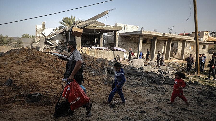 Hava saldırısı sonrası Gazze sokakları.