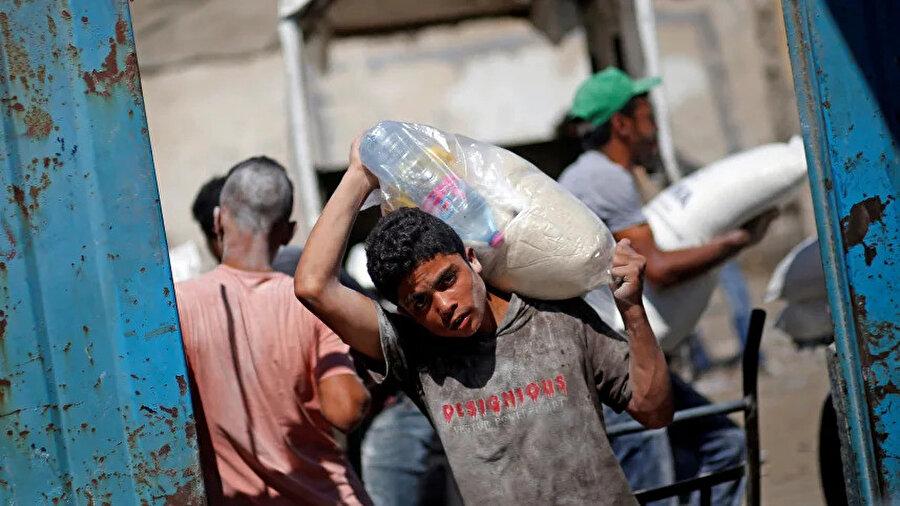 Abluka sebebiyle uluslararası yardımlara muhtaç hale gelen Gazzeliler.