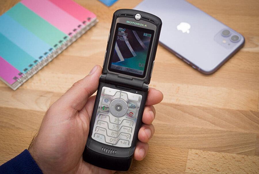 Motorola, ikonikleşen tasarıma sahip eski modeliyle 130 milyon adet satmıştı.
