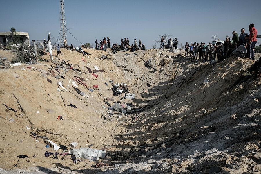 İsrail ordusunun Deyr Belah bölgesindeki barakaya düzenlediği hava saldırısı sonrası oluşan çukur.