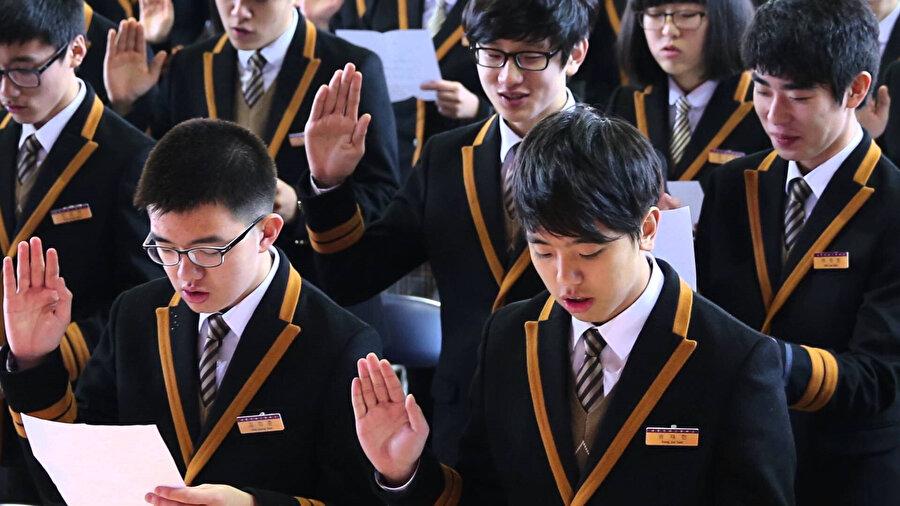 Güney Kore'de eğitim alan öğrenciler.