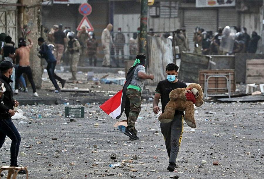 Hıllani Meydanı'nda güvenlik güçleriyle karşı karşıya gelen göstericiler.