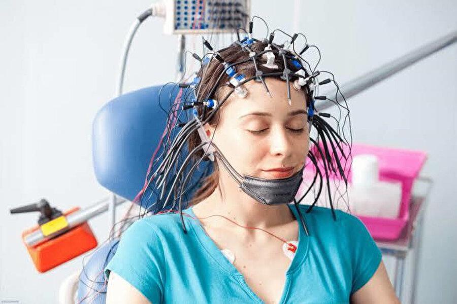 Standart yöntemler, EEG testiyle beyin aktivitesini analiz ediyor.