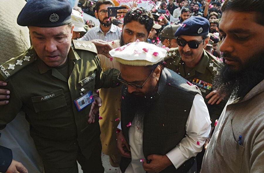 2017 yılında Pakistan polisi eşliğinde mahkeme salonuna gelen Hafız Said.