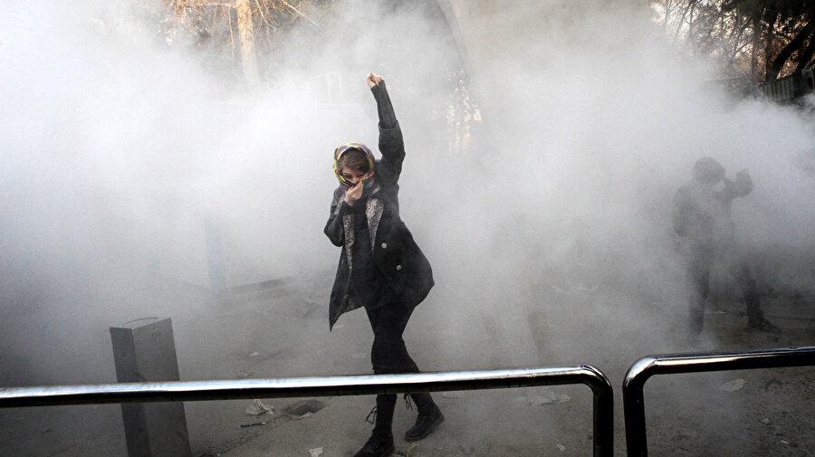 İran'daki eylemlerdeki protestocu kadın