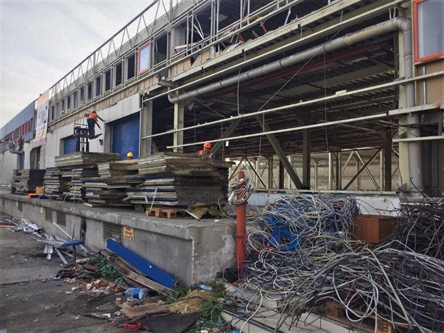 Demir, çatı ve diğer malzemeler geri dönüşüm fabrikalarına gönderiliyor. İşte o malzemelerden bazıları