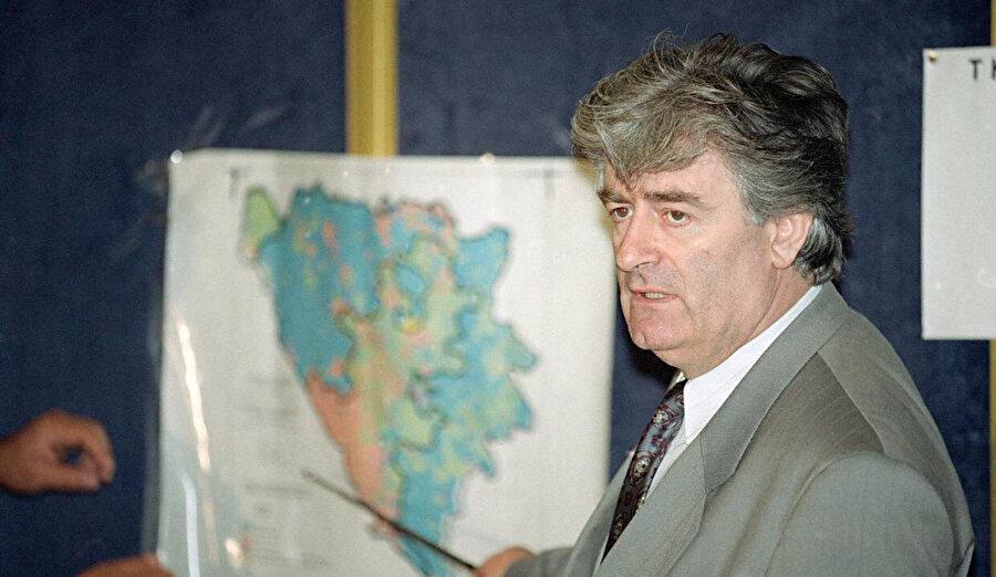 Karaciç, bu devletin ilk başkanı oldu. Bir sonraki adımı şiirlerindeki ölümü, Bosna Hersek'e yaymak oldu.