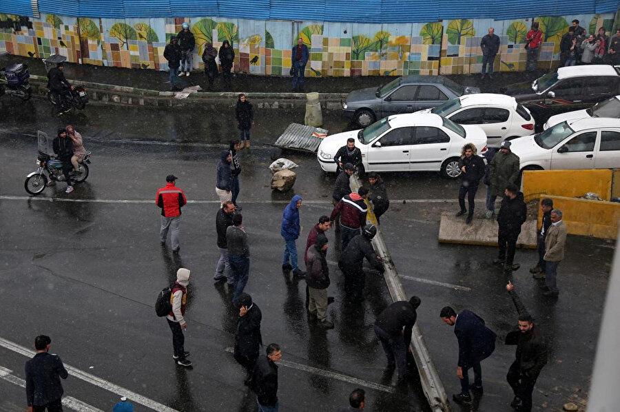 Benzin fiyatlarının artmasına tepki gösteren protestocular Tahran'a giden yolları kapattı.