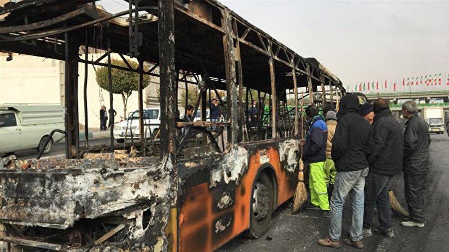 Göstericilerden bazıları kamu mallarını ateşe verdi.