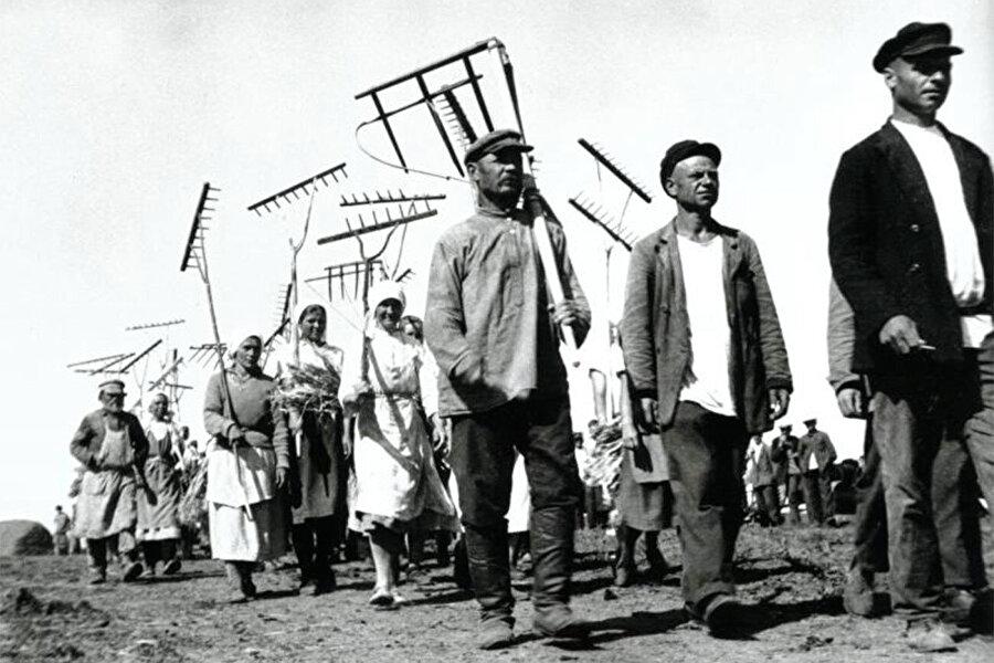 Rusya'da tarım topraklarının kolektifleştirildiği dönemde çiftçiler.
