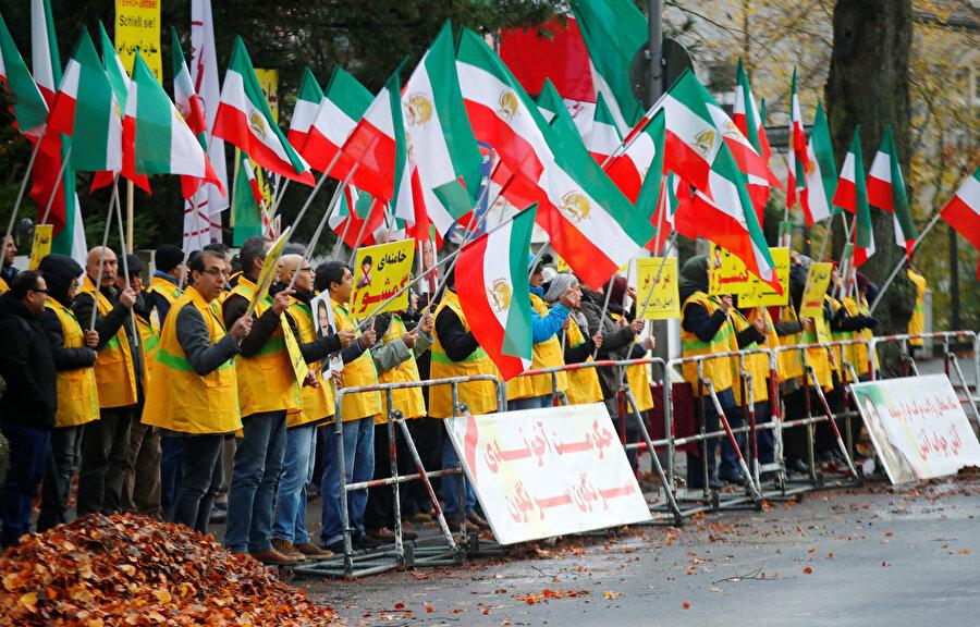 Berlin'de İran protestolarını destekleyen kişiler böyle görüntülenmişti.