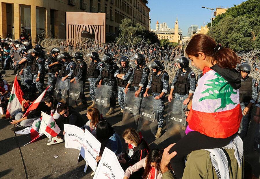Meclis çevresinde düzenlenen gösteride oturma eylemi yapan göstericiler.