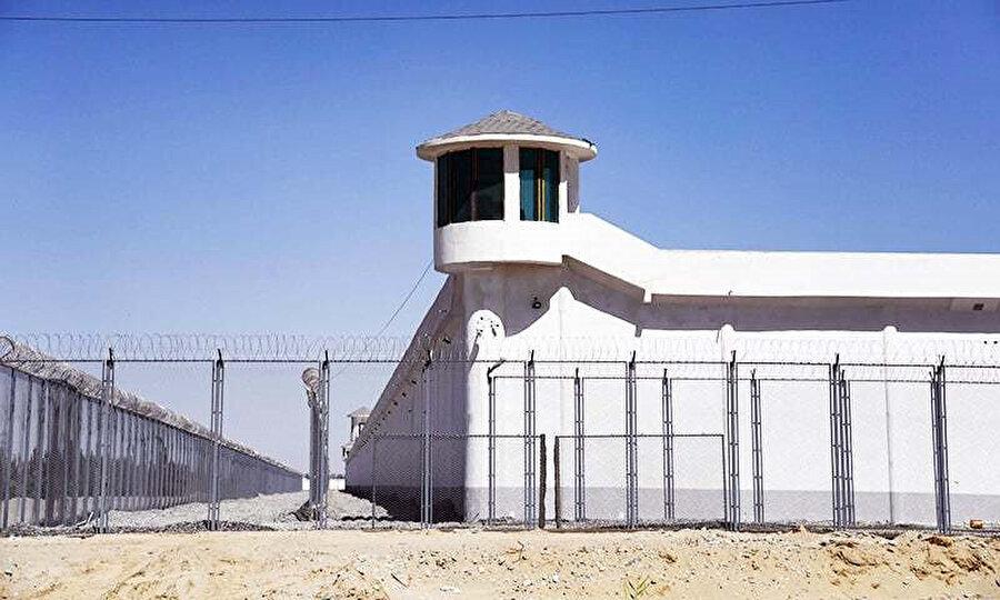 Sincan Uygur Özerk bölgesinde yüksek güvenlik önlemlerinin alındığı bir toplama kampının gözetleme kulesi.