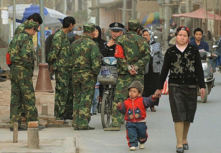 Ancak Çin güvenlik güçlerine gerekli belgeleri gösterdikten sonra yoluna devam edebilen bir Uygur Türkü.