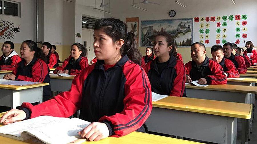 Kaşgar'daki bir Çince eğitim merkezinde Uygur Türkleri zorunlu olarak Çince dersi alıyor.
