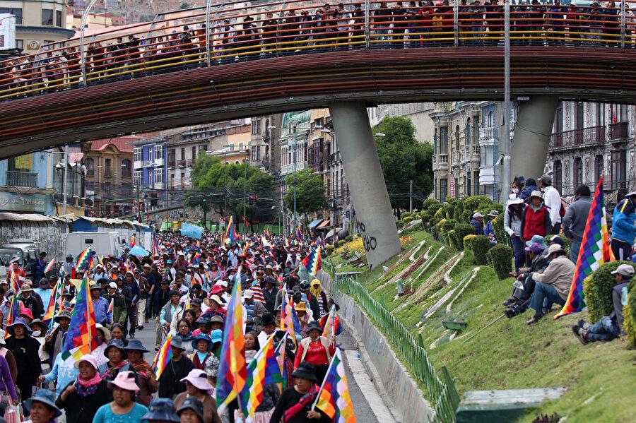 Evo Morales'in ordunun baskısıyla istifa etmesi sonrası çoğunluğunu yerlilerin oluşturduğu Bolivyalılar protestolarına devam ediyor.