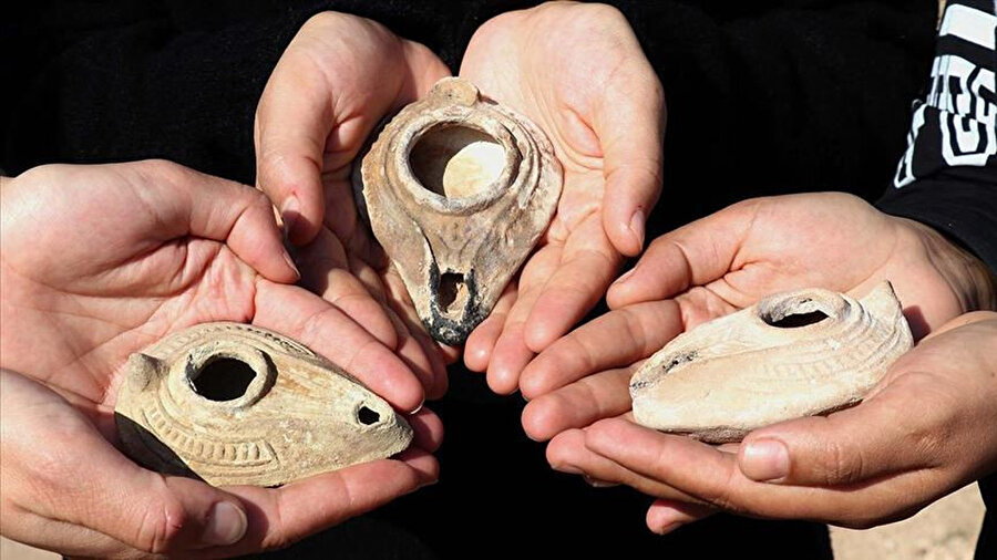 Kazılarda ortaya çıkarılan kandiller.