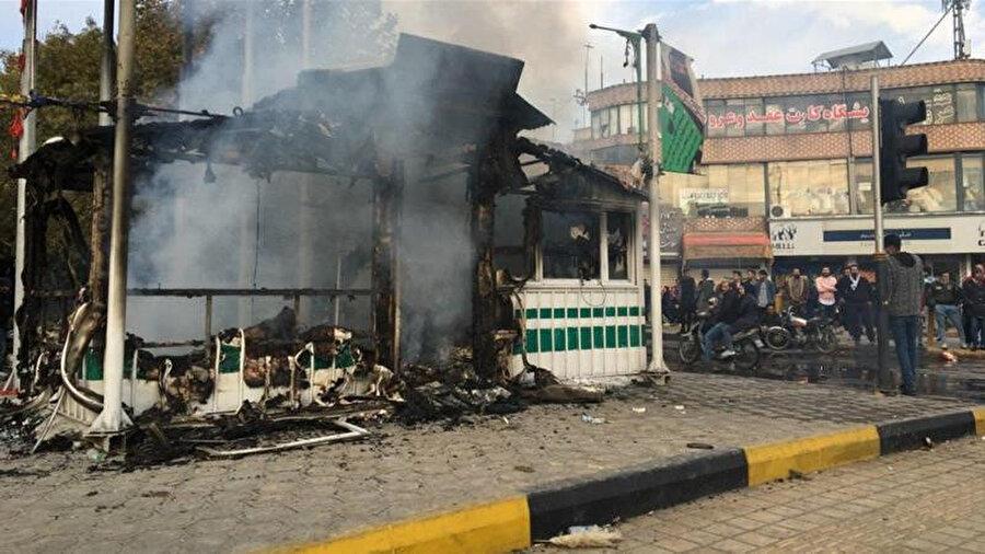 ABD yaptırımlarının da etkisiyle ekonomik kriz yaşayan İran'da benzin zamları bardağı taşıran son damla oldu.