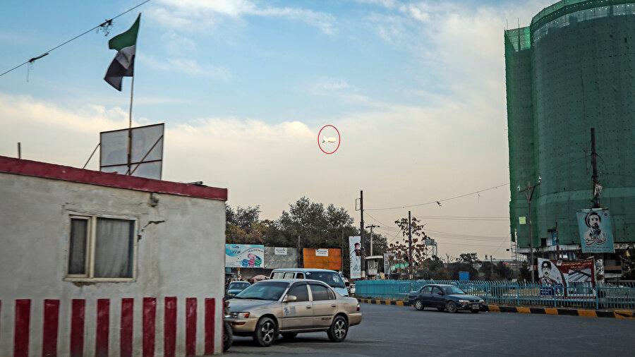 Afganistan semalarında uçan bir zeplin.
