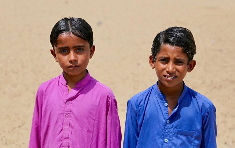 Modern insan için saçların yağlanması bir sorun olsa da Pakistanlılar böyle düşünmüyor. Bir avuç yağı saçlarına sürüyor ve ortadan ikiye ayırıyorlar.( Fotoğraf: Erhan İdiz)