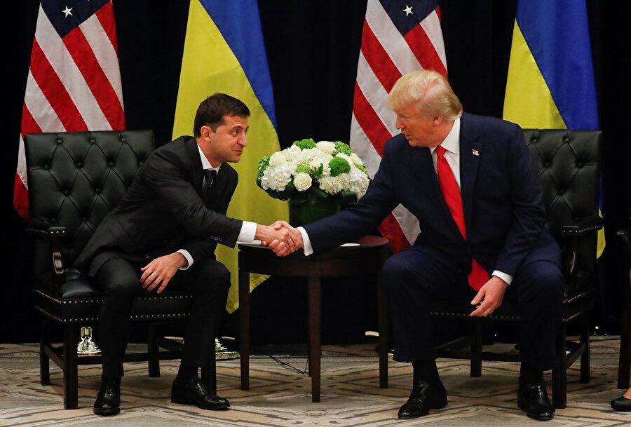 ABD Başkanı Donald Trump ve Ukrayna Devlet Başkanı Vladimir Zelenskiy basın toplantısı sırasında el sıkışırken görünüyor.