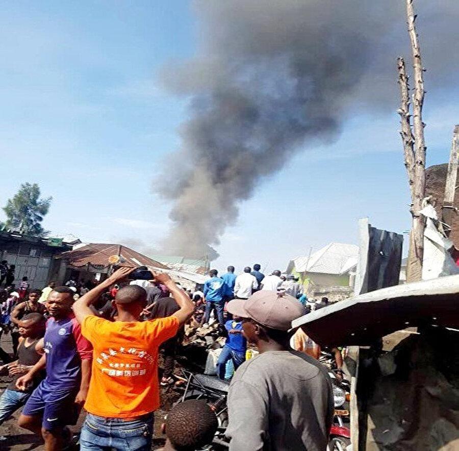 Evin üstüne düşen uçaktan dumanlar yükseldi.