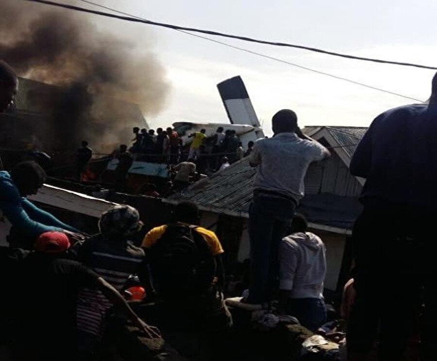 Uçak kazasında insanlar enkaza bakıyor