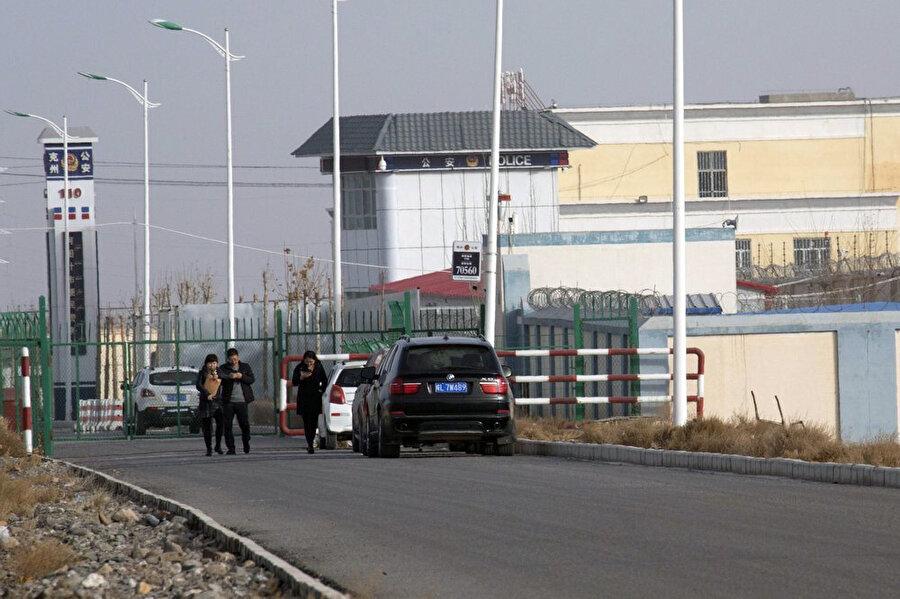 Yoğun güvenlik önlemlerinin alındığı Sincan'daki toplama kamplarından birinin girişindeki polis merkezi.