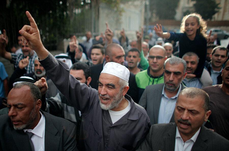 1948 Filistin İslami Hareketi lideri Şeyh Salah, 2015'teki mahkumiyet kararının ardında kendisini destekleyenlerle birlikte.