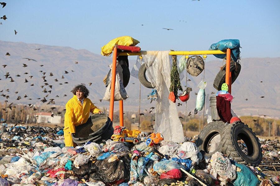 Prof. Dr. Kavukçu'nun çöplerin içinde kurduğu oyun parkı.