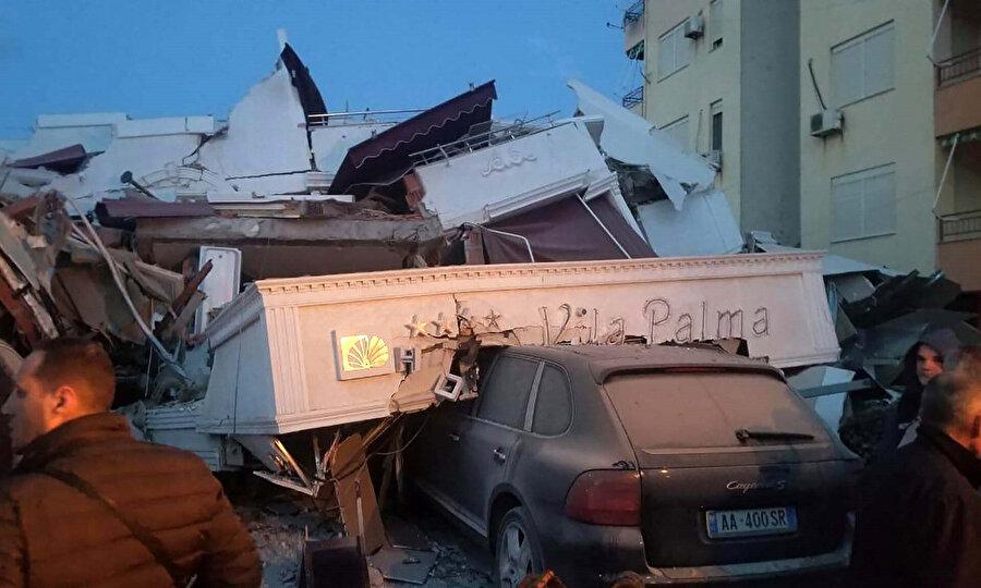 Deprem sonrası Durres kentinde bulunan bir otelin moloz yığınına dönüştüğü görülüyor.