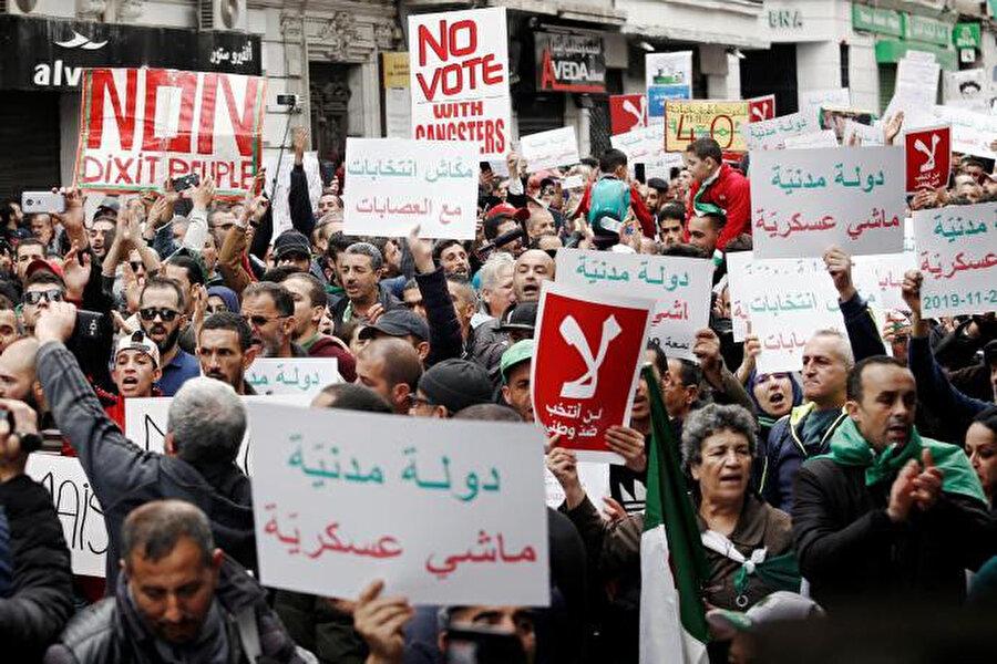 Aralık ayında yapılacak olan seçimleri protesto eden Cezayirliler.
